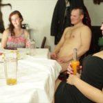 Сексуальная кошечка развлеклась своей пиздой прямо на кафельном полу кухни